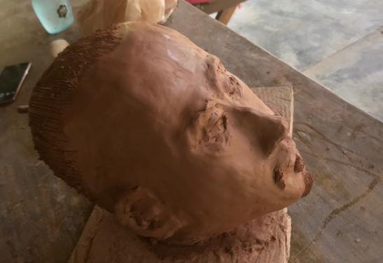 """""""Guerreiro Chinês em 2040"""", Justino, escultura em argila, 2019."""