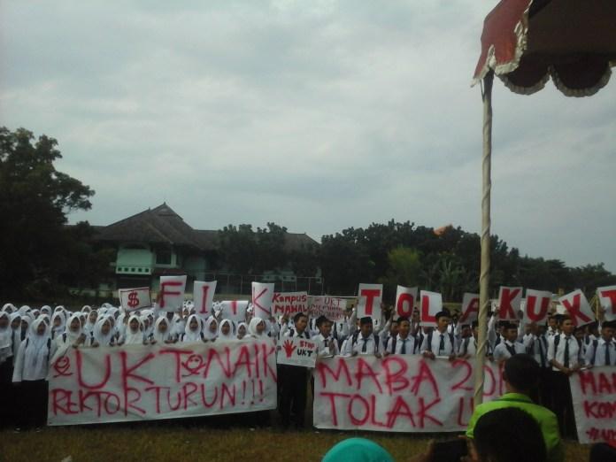 799 mahasiswa baru Fakultas Ilmu Tarbiyah dan Keguruan melakukan aksi di lapangan sepak bola UIN Walisongo Semarang (24/08). sumber : dok.justisia