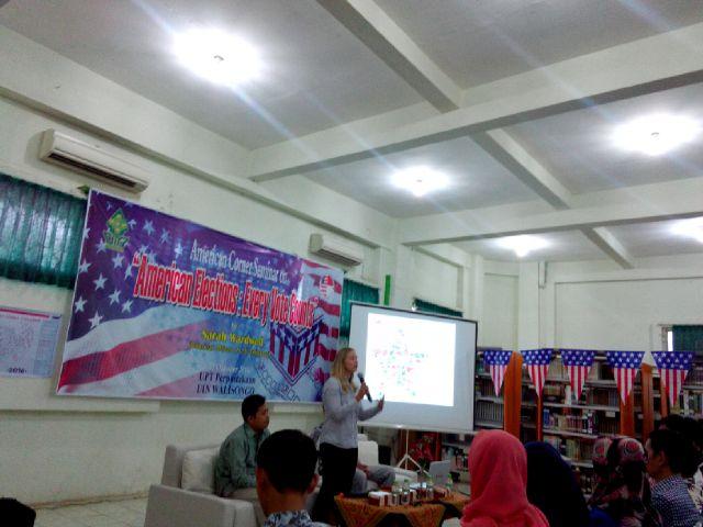 Sarah Wardwell, Consular Officer of U.S bicara mengenai pilpres USA American Elections: Every Vote Counts di American Corner, UIN Walisongo Semarang, Kamis (27/10/2016) (dok : LPM INVEST)