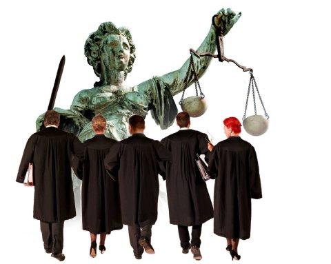"""Soldatenkönig Friedrich Wilhelm I. im Jahr 1726 folgende Anweisung: """"Wir ordnen und befehlen hiermit allen Ernstes, dass die Advocati wollene schwarze Mäntel, welche bis unter das Knie gehen, unserer Verordnung gemäß zu tragen haben, damit man die Spitzbuben schon von weitem erkennt."""""""