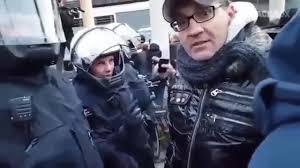 Dieser Mann hat offensichtlich - so das Videotape - einen Undercover-Provocateur beobachtet, der nach seiner Böllerwurf-Attacke aus dem Demozug der Pegida - mit Presseausweis hinter die Polizeiabsperrungen verschwinden konnte.