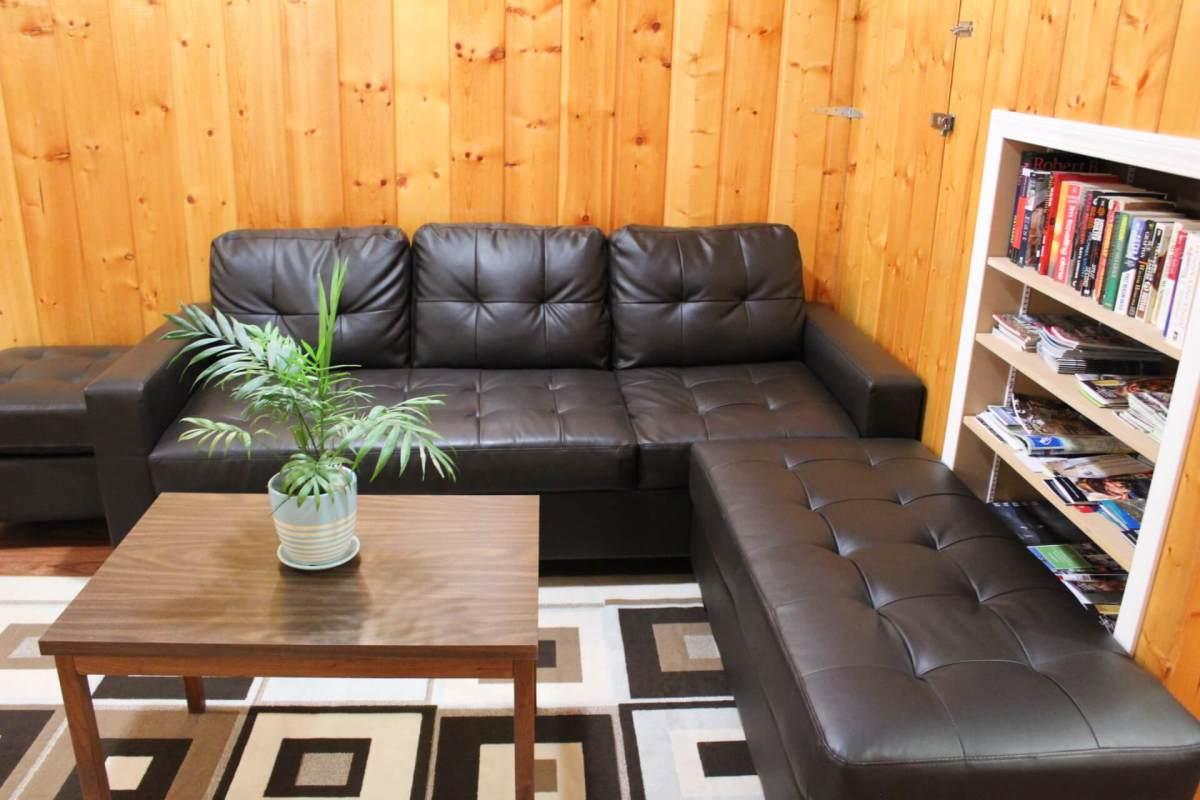 Where to stay in Jasper: The Sleepy Bear Inn Living Room
