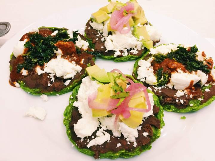 Mini green sopes with onions, avocado and beans