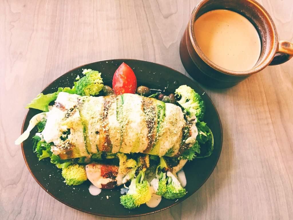 The Best Vegetarian and Vegan Restaurants in Kelowna, BC | Raw Salad and Chai Tea