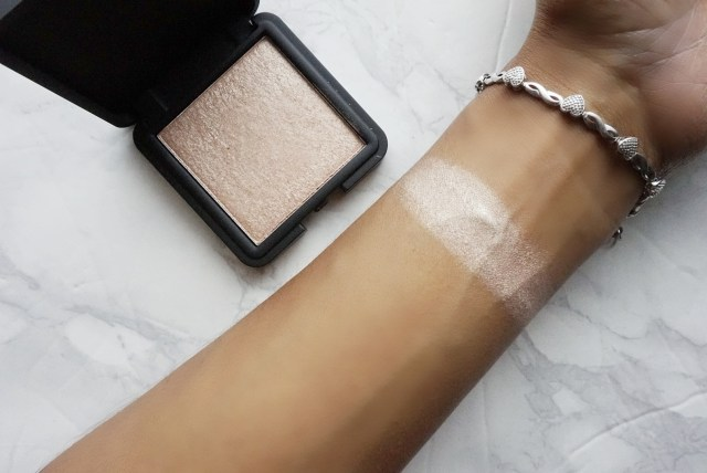 3INA Makeup highlighter swatch on brown skin