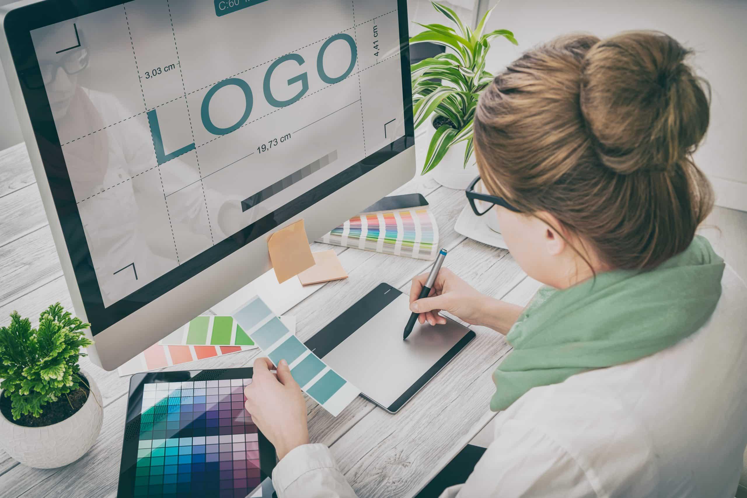 Grafisch vormgever, designer aan het werk
