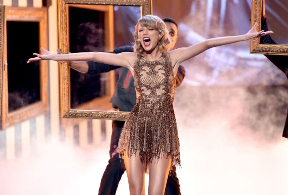 taylor-swift-performs-at-2014-american-music-awards-in-los-angeles_16