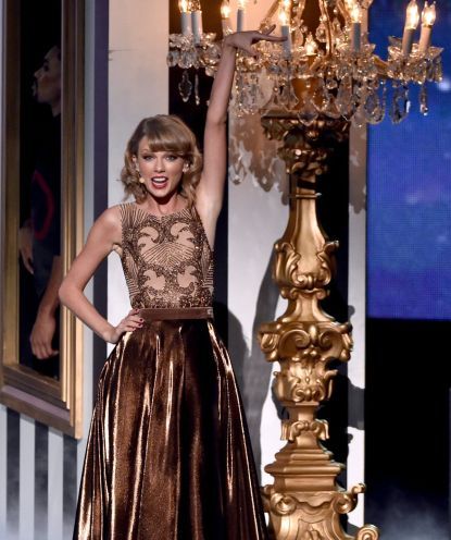 taylor-swift-performs-at-2014-american-music-awards-in-los-angeles_2