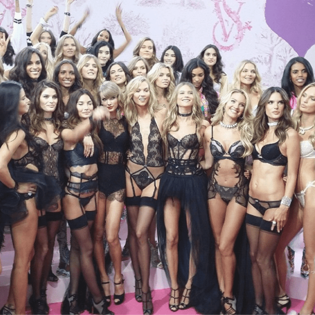 Final group photo after the show. Taylor is always with Karlie