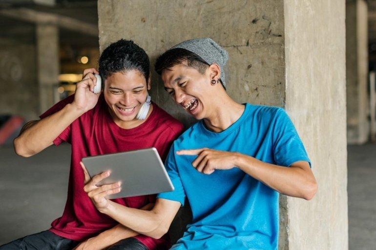 Internet-teenager-sharing-streaming-lifestyle-listening