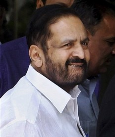 slipper-thrown-at-suresh-kalmadi-indian-politician