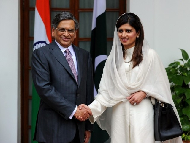 Hina Rabbani Khar Shakes Hand with Indian Foreign Minister S M Krishna