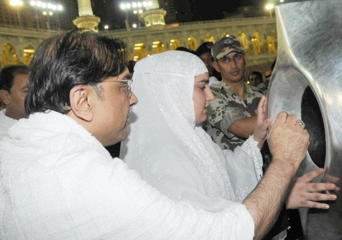 President Zardari waiting to kiss Hijr e Aswad