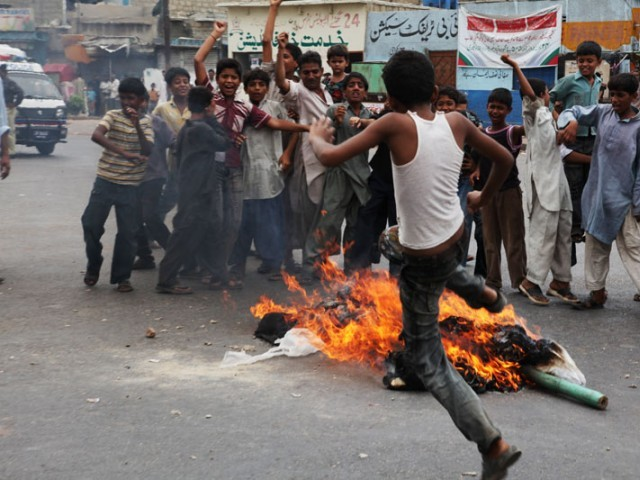 burning effigy (putla) of zulfiqar mirza