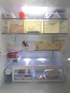 冷蔵庫に100均ケースを並べてすっきり収納