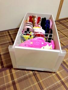 和室のチェスト内に仕切りを作って子供用のかばんとぬいぐるみを収納