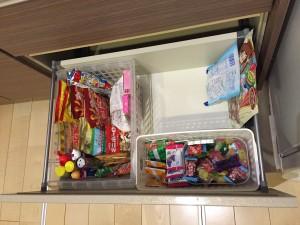 食器棚の引き出しにお菓子を収納