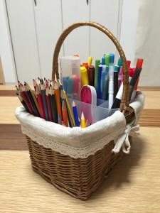 子供用のペンと色鉛筆をかごに入れて収納