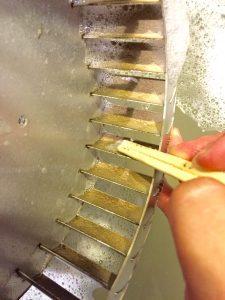 シロッコファンの油汚れは割り箸でこするとキレイにとれる
