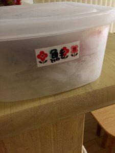 冷凍庫内小分けタッパーにマスキングテープで内容表記