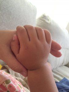 子供は天使♡天使の小さな手♡2歳娘の手