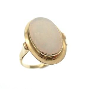 ring met witte opaal