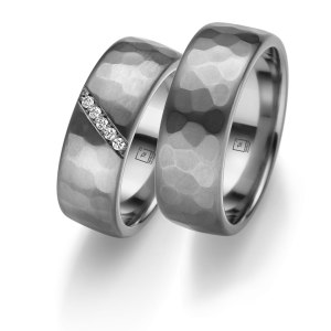 Tantalum Partnerringe TA-21 und TA-22 jetzt online entdecken. Trauringe in Tantal 999, komplett in Handarbeit hergestellt. Damenring mit 5 Diamanten im Brillantschliff. Juwelier Winkler kostenlose Lieferung, schnell, sicher.