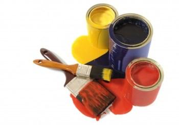 latas y brochas con pintura