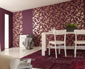 sala con papel tapiz morado con hojas doradas