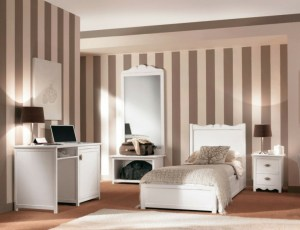 habitación de niño con pared a rayas
