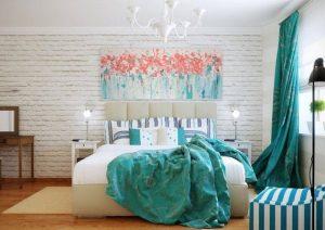 habitación neutra con tonos azules y rosas