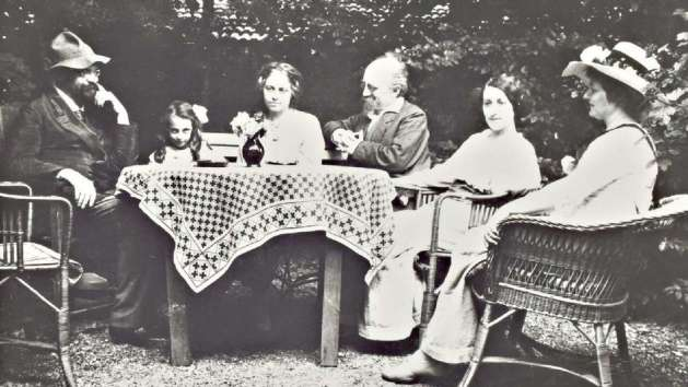Kurt Eisner privately, in his garden at Lindenallee 8, with Josef Belli, Freia Eisner, Ilse Eisner (daughter from his first marriage), Kurt und Else Eisne and Thekla Belli (left to right)