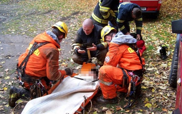 AKTUÁLNĚ OBRAZEM: Lezecká skupina teplických hasičů vyjela do Litvínova k pádu mladistvého chlapce z výšky