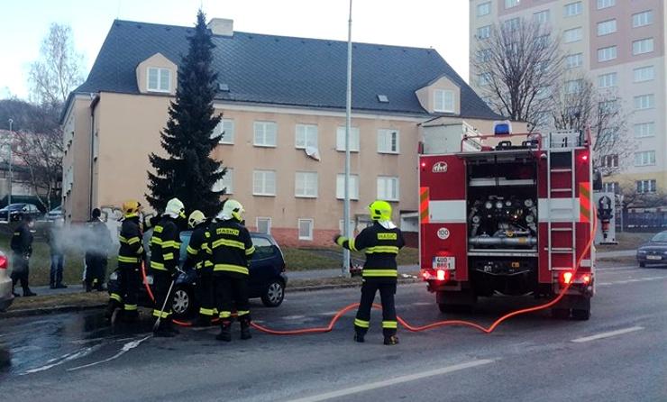 AKTUÁLNĚ: Z motorové části osobního auta v Litvínově vyšlehly plameny. Zasáhnout museli hasiči