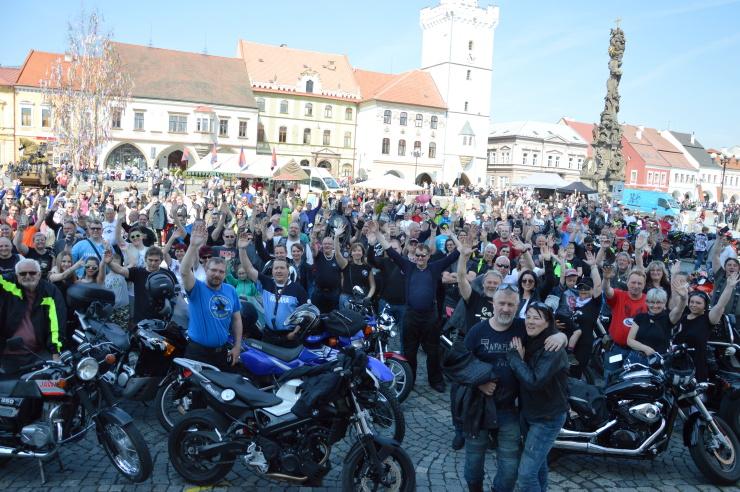 VIDEOREPORTÁŽ: Motorkáři zaplnili kadaňské náměstí. Letošní ZAHAJOVAČKA měla rekordní účast