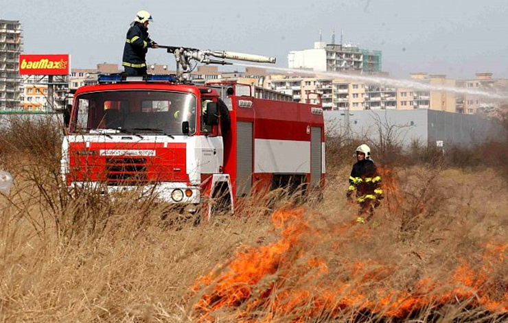 Požáry travních porostů opět zaměstnávají hasiče v Ústeckém kraji