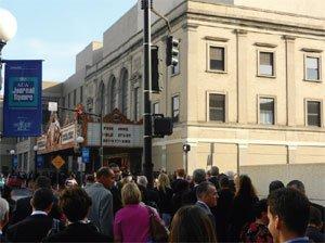 Multidões afluindo para  para o Salão de Assembléias de Jersey antes da reunião anual