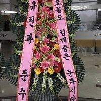"[PIC + TRANS] 170121 Yuchun & Junsu sent a flower wreath to Jaejoong for 2017 Kim Jaejoong Asia Tour ""The REBIRTH of J"" concert"