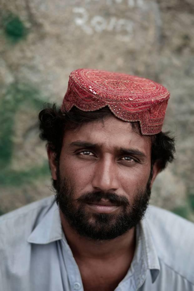 """Nizam Din, 30 år , fra Quetta, Pakistan arbejder på bjerget. Han holder trappen vedlige og tigger sig til dagen og vejen. Nizam har boet i Mekka i et år. """"Vores liv her er bedre, fordi vi ikke har job derhjemme,"""" siger han. """"Hvad er et bedre sted at være end her, hvor profeten Muhammed fik sin første åbenbaring fra Gud?"""" Foto: AP"""