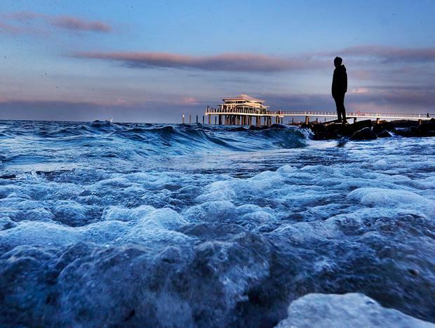 TYSKLAND: En mand står på en sten ved Østersøen i Timmendorfer Strand. Foto: Michael Probst/AP