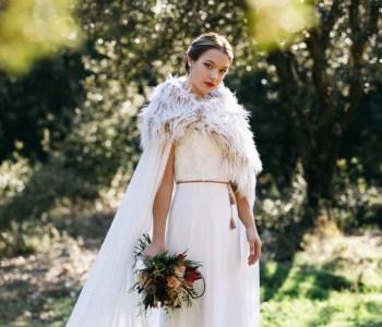 la novia en el jardín paseando
