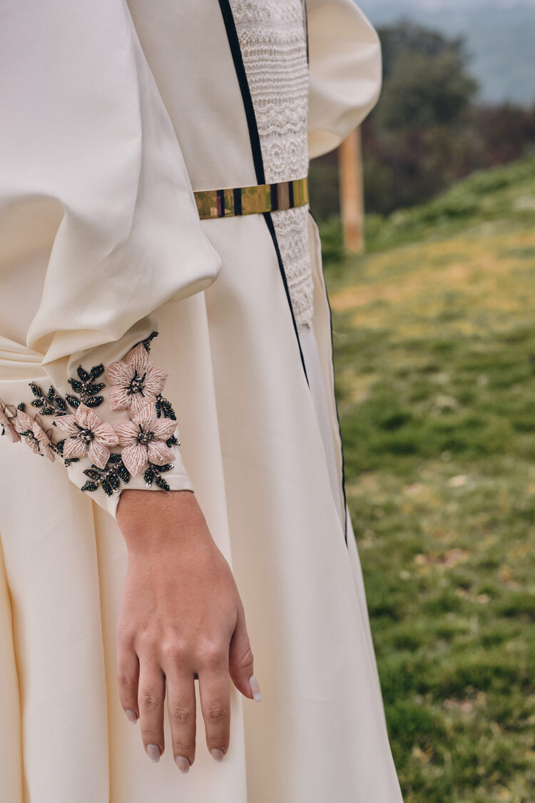 detalles de pedrería rosa en los puños de abrigo