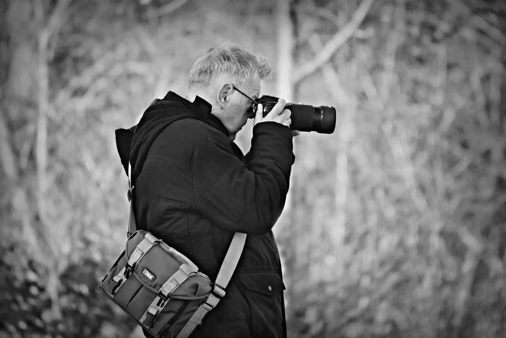 カメラマンが黒い服を着ている画像