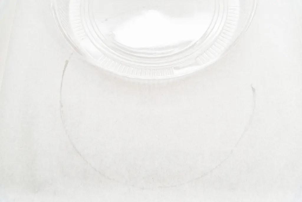 オードブルの蓋に紙を貼る