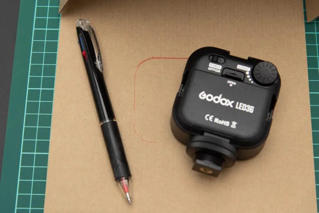 蓋部分にLEDビデオライト用の穴をあける