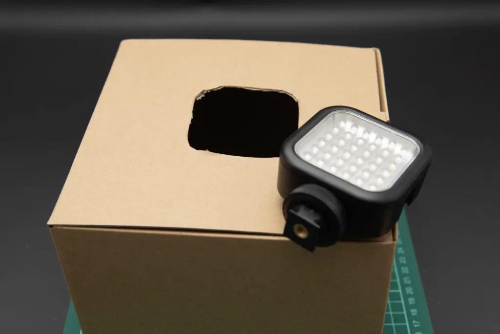 この時LEDビデオライトがすっぽ抜けないよう、気持ち小さめに切っておくのがコツです。