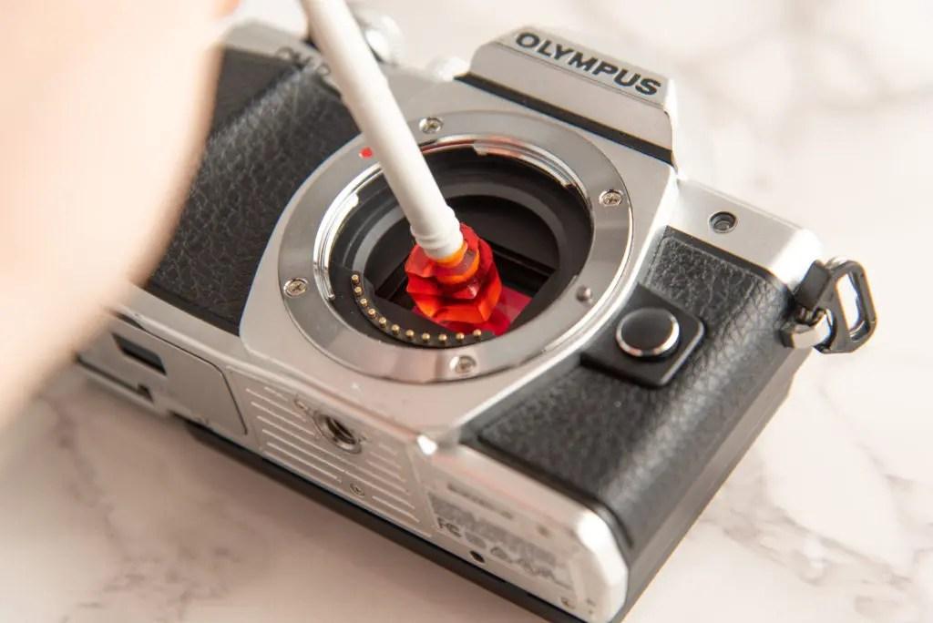 棒の先端にガム?グミ?のような粘り気のある部品が付いており、この部分を一眼レフカメラのイメージセンサーに…