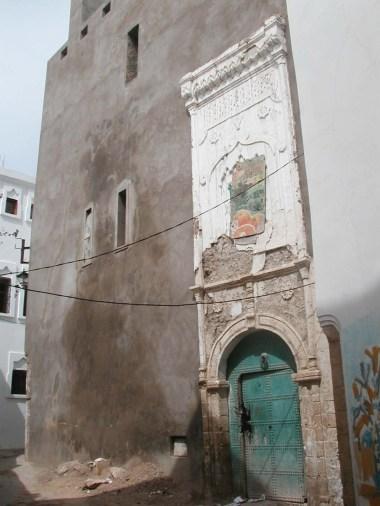 Vénérable encadrement de porte et façade nue