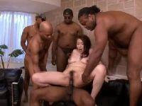 豊満な美熟女のAV女優青山葵が黒人たちの巨根でおまんこを突かれ激しく悶える熟女セックス動画