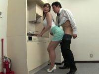 長身の美人妻がパートで働く会社の男達の性処理していく熟女セックス動画
